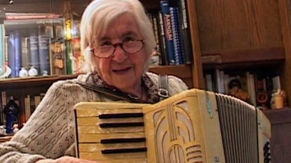 Esther Loewy Béjarano con la sua fisarmonica