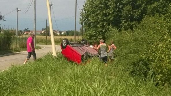 Un'auto capottata nei campi: accade frequentemente