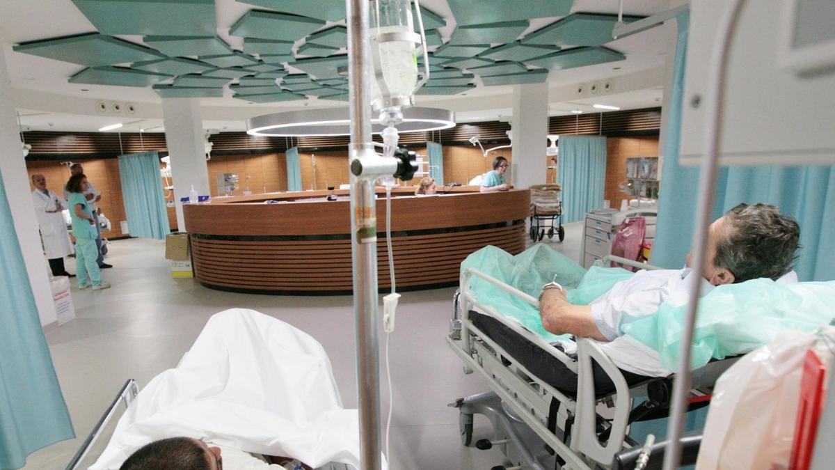 Pronto soccorso in apnea 3 infarti e 200 pazienti - Letto di emergenza ...