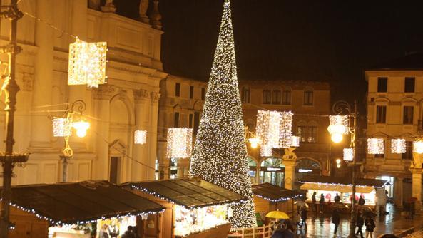 Mercatino e albero con le luci a led in citt gi natale for Mercatino antiquariato vicenza