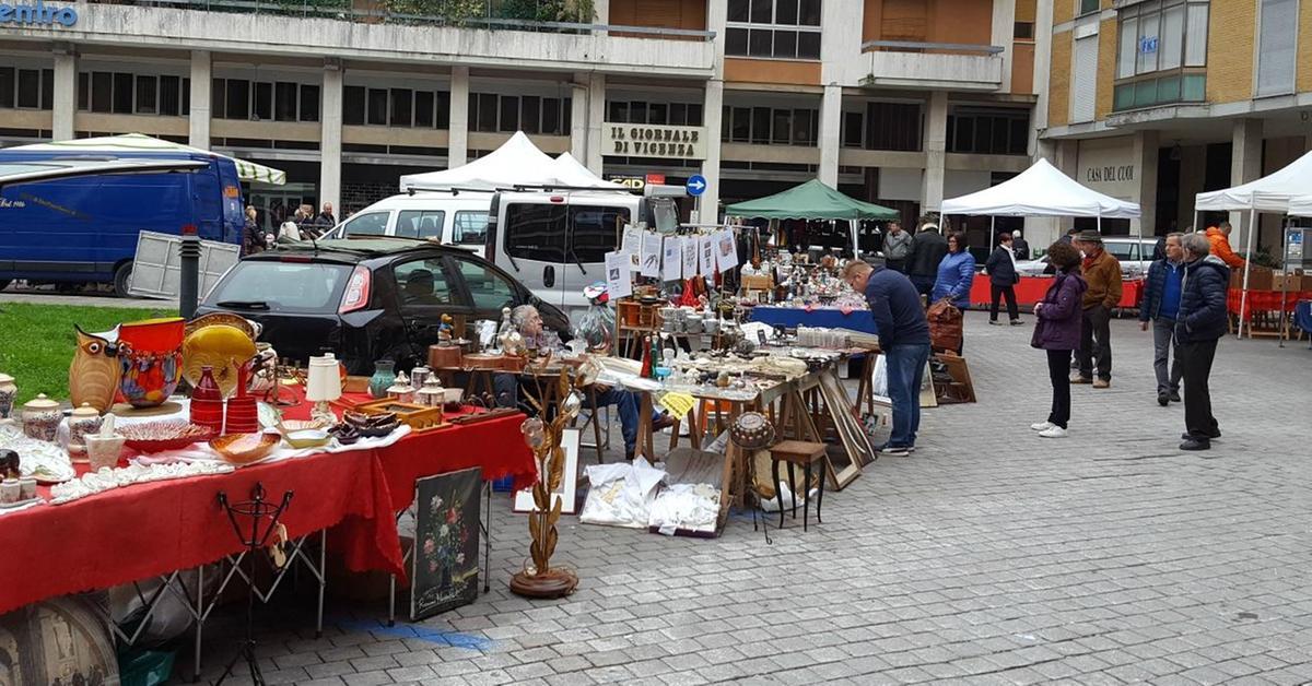 Mercatino per collezionisti in piazza schio il for Mercatino antiquariato vicenza