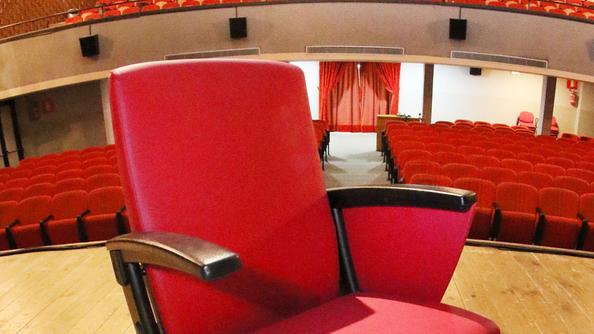 Spettatori donano la nuove poltrone al teatro busnelli for Poltrone teatro