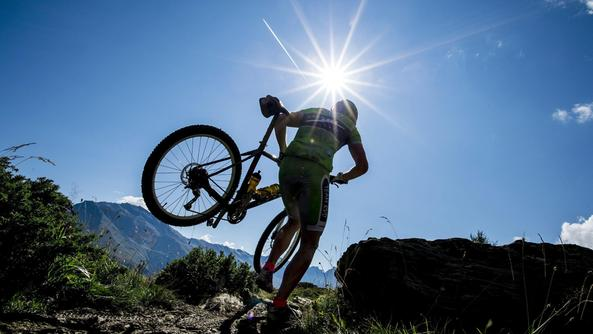 Un escursionista in mountain bike