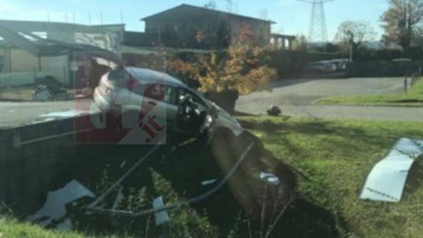 Neopatentato perde controllo dell 39 auto e centra cancello for Fontana arredamenti costabissara