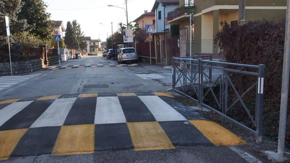 """L'attraversamento rialzato """"incriminato""""  di strada di Bertesinella"""