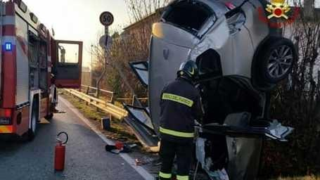 L'auto trafitta dal guard-rail