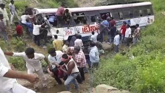 Un autobus pieno di pellegrini è precipitato in India