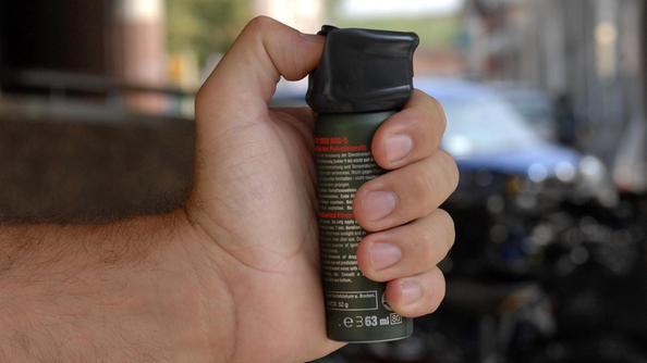 Una bomboletta di spray al peperoncino