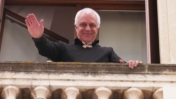 L'assessore Cicero vestito di «nero per caso» saluta dal suo balcone di palazzo degli uffici. FOTO COLORFOTO