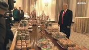 Trump serve di persona buffet alla Casa Bianca