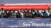 Sea Watch, la Guardia costiera porta vestiti e cibo ai migranti
