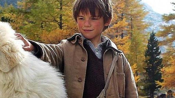 Il bambino e suo cane alla ricerca della madre