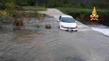 L'auto rimasta bloccata in una strada allagata da un torrente