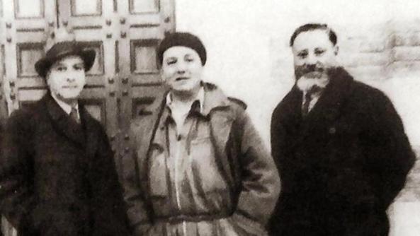 """Ubaldo Oppi (col basco) davanti alla chiesa tra il poeta Adolfo Giuriato ( a sinistra) e il prof. Giulio Fasolo. DAL LIBRO """"OPPI E IL NOVECENTO"""" DI F.BARBIERI"""