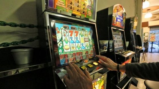 L'uomo aveva perso 100 euro alle slot machine