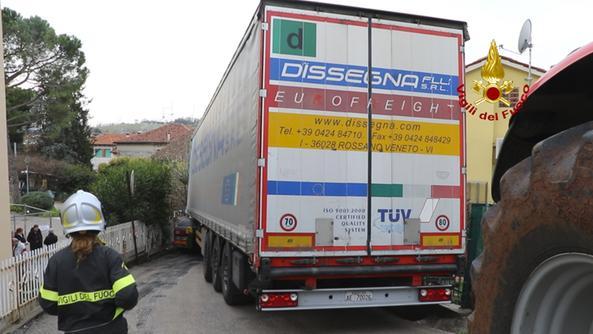 El vehículo pesado atrapado en via Cavalloni en Gambellara