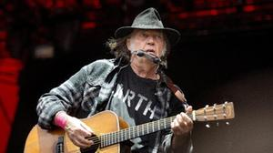 Neil Young ha perso la pazienza, fa causa a Donald Trump
