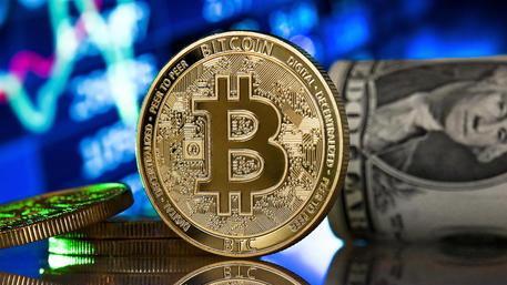 Investono in bitcoin ma è una truffa. In due perdono 81mila euro